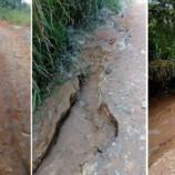 Buracos na estrada do Paiolinho dificultam a passagem de ônibus escolar