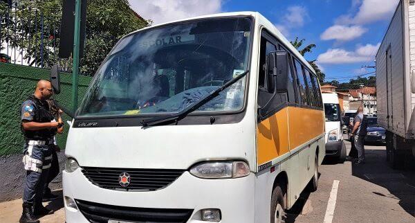 Ônibus são rebocados por transportar crianças sem autorização da CPTrans